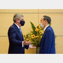 IOCのバッハ会長(左)と菅首相(C)ロイター