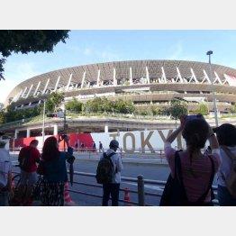 新国立競技場周辺には人だかりが出来ていた(撮影)元川悦子