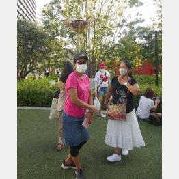 長野五輪の聖火モニュメント前にいた東京在住のフィリピン人(撮影)元川悦子