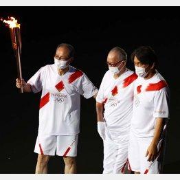 開会式の聖火ランナーに登場したONと松井(C)ロイター