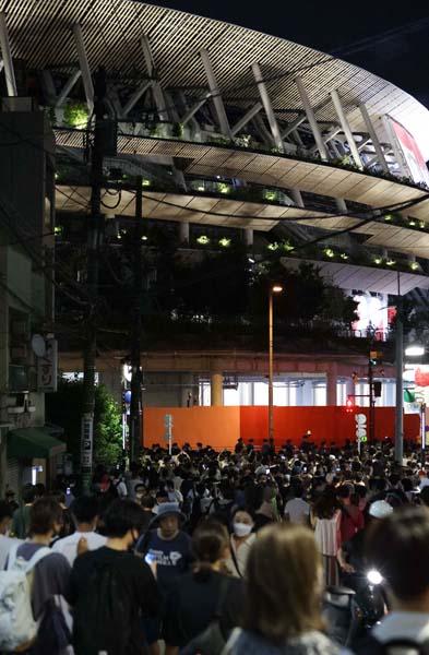 会場周辺に集まった大勢の人々(C)真野慎也/JMPA