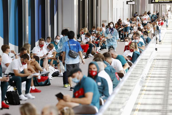 成田空港で新型コロナウイルスの検査を待つ代表選手や関係者(C)共同通信社