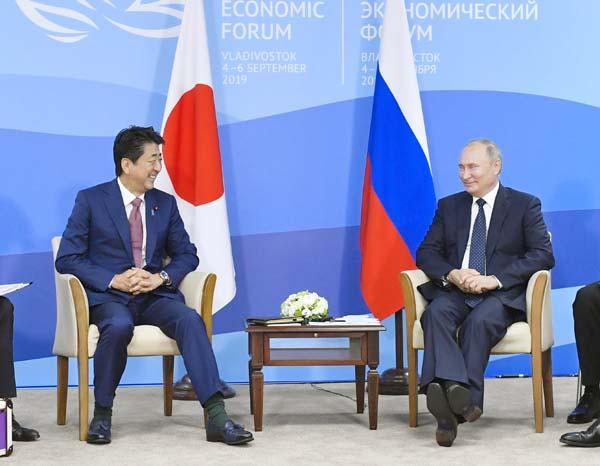 安倍前首相(左)とプーチン大統領(日露首脳会談=2019年9月5日)/(C)共同通信社