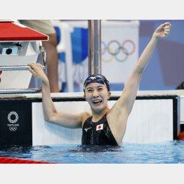 女子400メートル個人メドレーで優勝(C)共同通信社