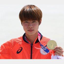 男子ストリートで優勝し、金メダルを手にする堀米(C)JMPA