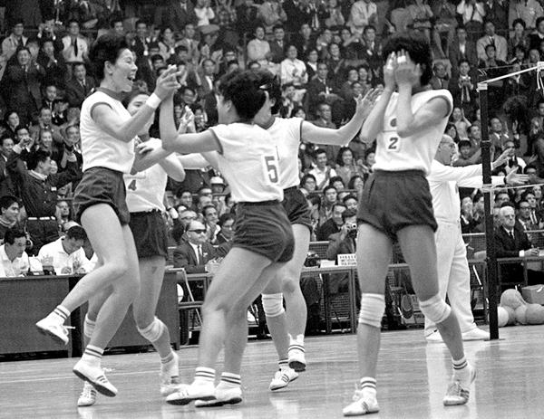 1964年、前回の東京五輪で金メダルを取った全日本女子バレーチーム(C)共同通信社