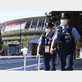 派遣される警察官も感染リスクと隣り合わせ(C)共同通信社