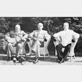 ドイツ・ベルリン郊外のポツダムで会談する(左から)チャーチル、トルーマン、スターリンの英米ソ首脳(1945年7月23日)/(C)共同通信社