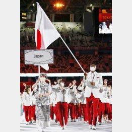 開会式で、旗手の八村塁を先頭に入場行進する日本選手団(23日、国立競技場)/(C)共同通信社