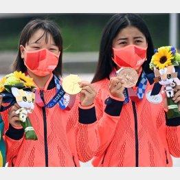 金メダルの西矢椛(左)と銅メダルの中山楓奈(C)JMPA