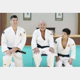 2019年合宿時の岡野氏(央)と大野(右)。左は井上代表監督(C)共同通信社