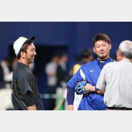 藤川球児(左)と談笑する松坂大輔(C)日刊ゲンダイ