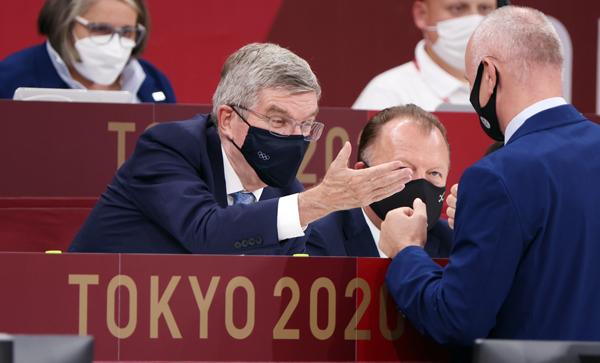 中止になれば放映権料収入がふいに(IOCのバッハ会長=央) (C)真野慎也/JMPA