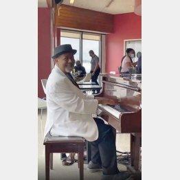 ハーツフィールド・ジャクソン・アトランタ国際空港でピアノを弾くトニーさん(カーロスさんのインスタグラムから)