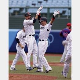 サヨナラ打を放ちチームメートと飛び上がり喜ぶ坂本(左から2番目)/(C)JMPA