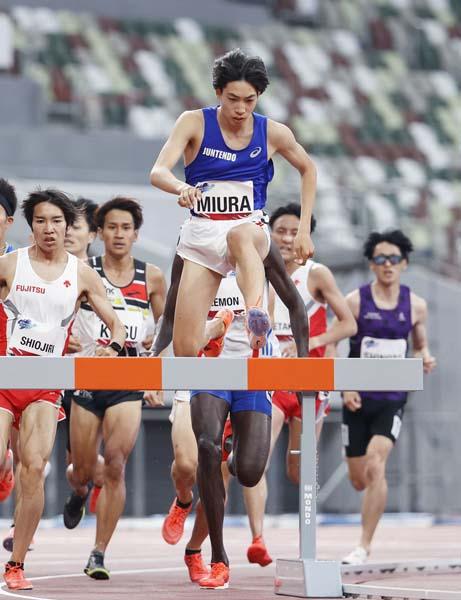 跳ぶように走る陸上男子3000メートル障害の三浦龍司(C)共同通信社