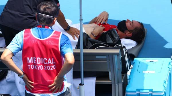 試合中、メディカル休憩をとるダニル・メドベージェフ選手(C)ロイター
