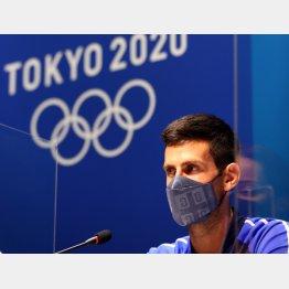 東京五輪で記者会見するテニス男子シングルスのジョコビッチ選手(C)ロイター
