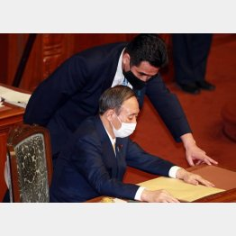 国会で話し込む菅首相と小此木前国家公安委員長(C)日刊ゲンダイ