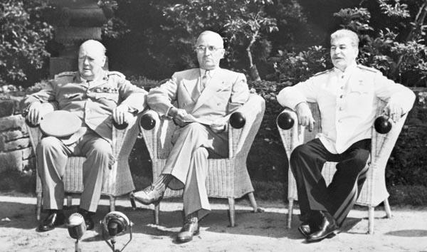 各国のさまざまな思惑がぶつかっていた(左からチャーチル、トルーマン、スターリンの英米ソ首脳=ポツダム会談)/(C)共同通信社