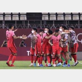 ルーマニアのオウンゴールに喜ぶ選手たち(C)ロイター