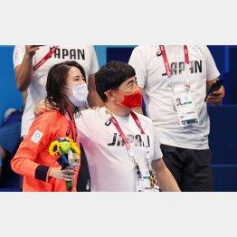 大橋(左)を金メダリストにした手腕は立派だが…(平井伯昌ヘッドコーチ=右)/(C)ロイター