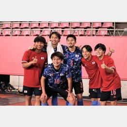 準決勝進出を喜ぶ(左から)DF旗手、DF板倉、DF中山、MF三好、MF相馬、前列・FW上田(C)Norio ROKUKAWA/office La Strada