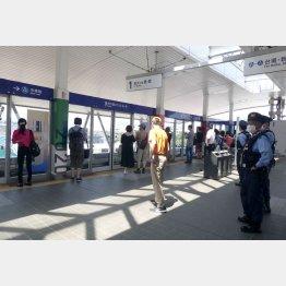 有明テニスの森駅ホームで警備する警察官(写真)元川悦子