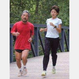 2000年シドニー五輪に向けて合宿中の高橋尚子選手と小出義男監督(C)共同通信社