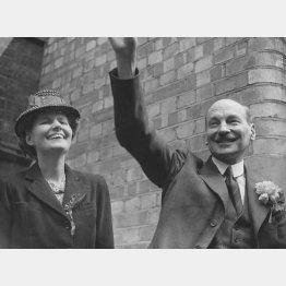 英国の新首相に選ばれたクレメント・アトリーとその妻(1945年7月=Hulton-Deutsch Collection/CORBIS/ゲッティ/共同通信イメージズ)