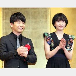 星野源(左)と新垣結衣(C)日刊ゲンダイ