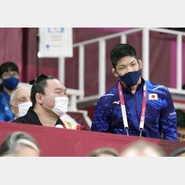 7月27日、東京五輪の柔道会場を訪れ、大野将平(右)と言葉を交わす白鵬(C)共同通信社