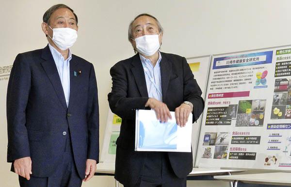 菅首相(左)は官房長官時代に川崎市健康安全研究所を視察(2020年7月、右が岡部信彦氏)/(C)共同通信社