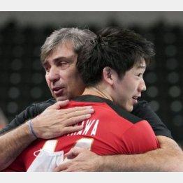 イランに勝利し、石川と抱き合うフィリップ・ブラン・コーチ(奥)(C)共同通信社