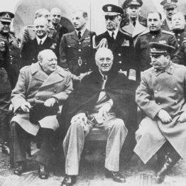 1945年2月、ヤルタで会談する(前列左から)チャーチル英首相、ルーズベルト米大統領、スターリン・ソ連首相