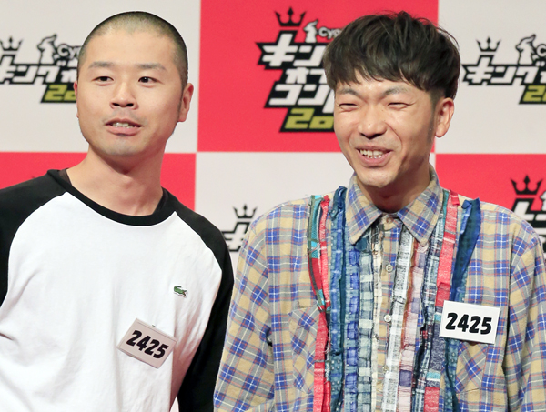 「アキナ」の山名文和(左)と秋山賢太(C)日刊ゲンダイ