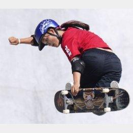 スケートボード女子パーク決勝 演技する四十住さくら=有明アーバンスポーツパーク(C)共同通信社