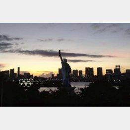 美しい夕景に五輪のモニュメントが馴染んでいる(写真)元川悦子
