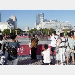 聖火台を記念撮影する人たち(写真)元川悦子