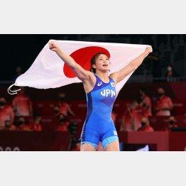 金メダルを獲得し、日の丸を掲げる川井友香子(C)JMPA
