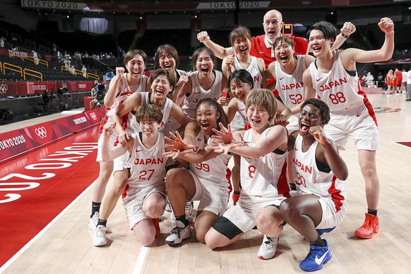 準々決勝でベルギーを下し大喜びの日本代表(後ろがトム・ホーバス・ヘッドコーチ)/(C)JMPA