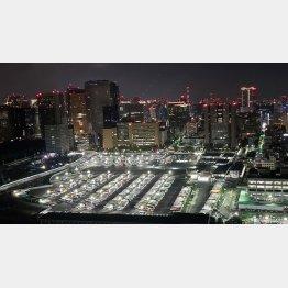 夜中まで稼働している関係車両用の駐車場(提供写真)