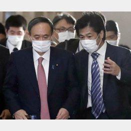 「政府で決める」と田村厚労相(左は、菅首相)/(C)日刊ゲンダイ