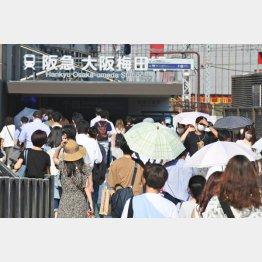 混雑する梅田駅前(緊急宣言決定の7月30日)/(C)日刊ゲンダイ