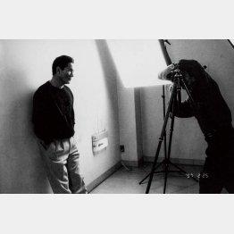 1997年に連載がスタートした雑誌「ダ・ヴィンチ」の巻頭グラビア「アラーキーの裸ノ顔」。第1回<ビートたけし>のポートレートを撮影する荒木(1997年撮影).jpg/(提供写真)