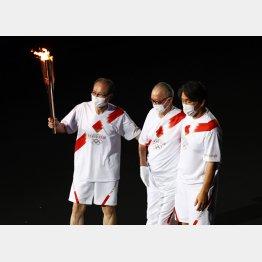 開会式に聖火ランナーとして登場した王貞治(左)と長嶋茂雄(中央)の両氏/(C)ロイター