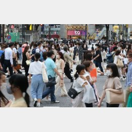 繁華街は人、人、人(C)日刊ゲンダイ