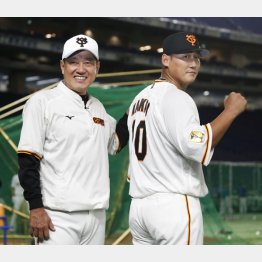 早速、背番号10を披露した中田(右)と原監督(C)共同通信社