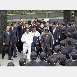 自宅から出てきた「工藤会」の野村悟総裁(中央左)と田上不美夫会長(同右)/(C)共同通信社