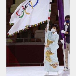 東京五輪閉会式では元気そうに旗を振っていた小池百合子都知事だが…(C)真野慎也/JMPA